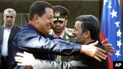 Los presidentes de Venezuela, Hugo Chávez, y Mahmoud Ahmadinejad, abrazan planes similares en asuntos nucleares y militares.