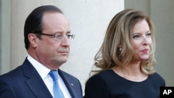 Presiden Francois Hollande didampingi ibu negara Perancis Valerie Trierweiler di Istana Elysee, Paris, 3 September 2013 (Foto: dok).
