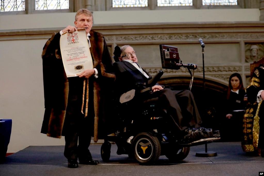 영국 길드홀에서 런던 시 궁내장관이 저명 이론물리학자 스티븐 호킹 교수에게 이론물리학과 우주학에 대한 지대한 공로를 인정해 런던 시 영예 자유상를 수여하고 있다.