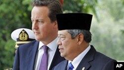 Tổng thống Indonesia Susilo Bambang Yudhoyono (phải) chào đón Thủ tướng Anh David Cameron ở Jakarta, 11/4/2012