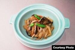 中华民国第14任正副总统就职活动筹备委员会5月5日公布就职国宴菜色,选用台湾本土食材如三星葱、西螺蒜头、苗栗客家粄条等入菜。图为「客家炒粄条」。 (筹委会提供)