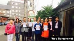 王全璋律师的妻子李文足(左四)、李和平律师妻子王峭岭(右三)等前往中国最高法控告 (网络照片)