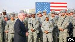Menteri Pertahanan AS Robert Gates di depan para anggota militer AS.