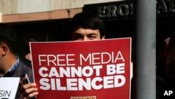 Un manifestant tient une pancarte lors d'un rassemblement en faveur de la liberté de la presse près du siège d'une société de médias à Istanbul, mercredi 28 octobre 2015. (AP Photo/Lefteris Pitarakis)
