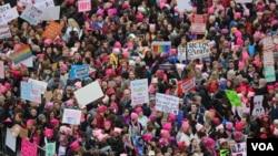 La marche des femmes à Washington le 21 janvier 2017. (Photo: B. Allen / VOA)
