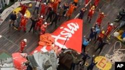 ក្រុមអ្នកជួយសង្រោះបក់ដៃដាក់ឧទ្ធម្ភាគចក្ររបស់ Indonesian Air Force នៅក្បែរបំនែកយន្តហោះ AirAsia Flight 8501 នៅលើកប៉ាល់សង្រោះនៅសមុទ្រជ្វាកាលពីថ្ងៃសៅរ៍ ទី១០ ខែមករា ឆ្នាំ២០១៥។