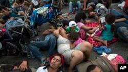 Učesnici karavana koji se uputio ka SAD odmaraju se na putu između meksičkih država Čiapas i Oaksaka, nakon što ih je federalna policija nakratko blokirala ispred grada Ariega, 27. oktobra 2018.