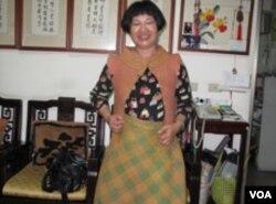 林惠津女士和她编织的时装