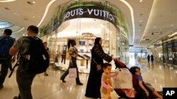 Para pengunjung sebuah pusat perbelanjaan di London.(AP/Lefteris Pitarakis)