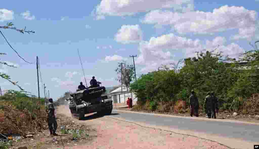 Tank pasukan pertahanan Kenya di jalan di luar kampus Garissa University College di Garissa, Kenya (2/4).