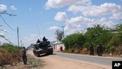Kendaraan tank milik Pasukan Pertahanan Kenya terlihat di sekitar Garissa University College di Garissa, Kenya, 2 April 2015 (Foto: dok). Pemerintah Somalia hari Kamis (9/4), menawarkan hadiah untuk penangkapan atau pembunuhan 11 pemimpin al-Shabab, termasuk pemimpin tertinggi kelompok militan itu dan pemimpin pembantaian di wilayah ini pekan lalu.