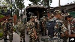Солдаты готовятся к выезду на место крушения вертолета.