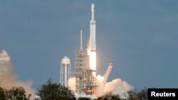 2018年2月6日,SpaceX 獵鷹重型火箭從佛羅里達州的肯尼迪太空中心39-A發射台發射