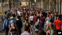Người dân tập thể dục trên lối đi bộ sát biển ở Barcelona, Tây Ban Nha, ngày 2 tháng 5, 2020.