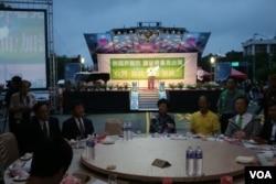 4月14日晚上為推動台灣參加2018世衛大會在台北舉辦的前進世界衛生大會籌款餐會現場(美國之音記者楊明拍攝)