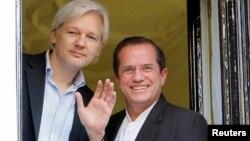 El fundador de WikiLeaks, Julian Assange y el canciller de Ecuador, Ricardo Patino, en la embajada en Londres.