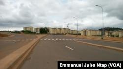 La construction du stade à O'lembé a transformé la banlieue, le 15 août 2017. (VOA/Emmanuel Jules Ntap)