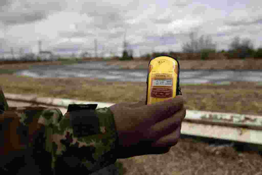 Un guía turístico hace una medición de los niveles de radiación en Chernobyl.