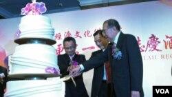 台湾政府官员与港台协进会代表同台祝贺