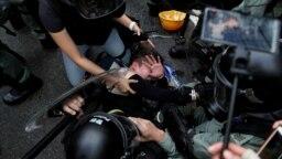 Các cuộc biểu tình ngày càng có xu hướng bạo lực ở Hong Kong đẩy vùng lãnh thổ do Trung Quốc cai trị vào cuộc khủng hoảng nghiêm trọng nhất trong nhiều thập niên.