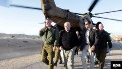 Thủ tướng Israel Benjamin Netanyahu trong chuyến đi tới khu vực gần biên giới Israel với Ai Cập ngày 21/1/2010. Ông Netanyahu đang trong chuyến công du hiếm thấy đến Phi châu.