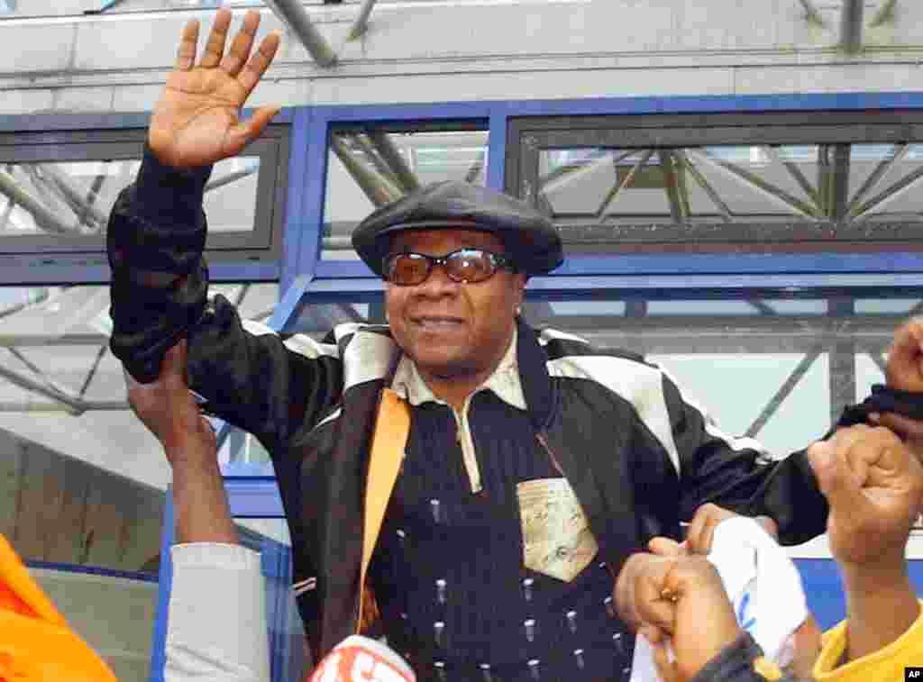 DIMANCHE. Le roi de la rumba, Papa Wemba, est décédé à l'âge de 66 ans. Le chanteur était sur scène, en pleine prestation, quand il a été pris d'un malaise dans la nuit de samedi à dimanche. Il donnait un concert lors du Festival des Musiques urbaines d'Anoumabo (Femua) à Abidjan, en Côte-d'Ivoire. LIRE L'ARTICLE ICI.