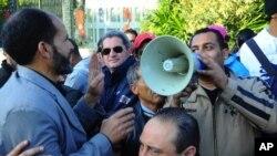 示威者在突尼斯議會外抗議。