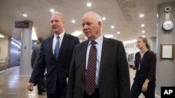 미국 연방상원의 벤 카딘 의원(오른쪽)과 크리스 벤 홀런 의원.