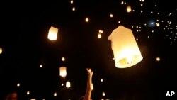رهاکردن فانوسها، نماد رهایی روح در مراسم یادبود قربانیان سونامی ۲۰۰۴ اقیانوس هند – بان نام خم، تایلند، ۲۶ دسامبر