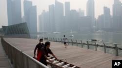 Công nhân phải đeo khẩu trang khi làm việc trong một ngày khói mù ở Singapore hôm 10/9/2015.