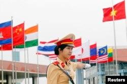 Nữ cảnh sát giao thông tại Hà Nội