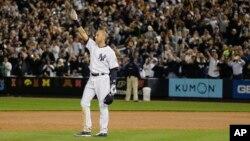 Derek Jeter saluda al público de Nueva York.