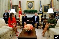 El presidente Donald Trump y el presidente argentino Mauricio Macri con sus esposas en la Oficina Oval. Abril 27 de 2017.