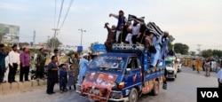 آزادی مارچ کا ایک قافلہ اسلام آباد میں داخل ہو رہا ہے۔