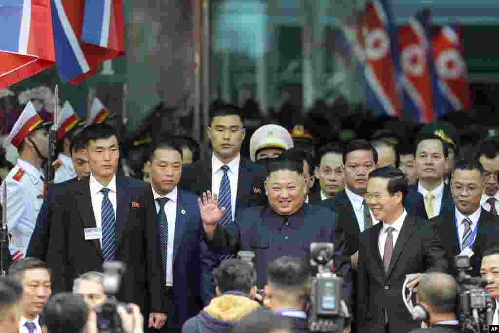 김정은 북한 국무위원장이 베트남 동당역에 도착해 전용 차량으로 이동하고 있다.