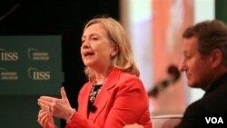 Menlu Hillary Clinton menjawab pertanyaan hadirin pada Dialog Manama, sebuah konferensi tahunan mengenai keamanan global di Bahrain. Di sebelah kanan, duduk John Chipman, Direktur International Institute of Security Studies, panitia penyelenggara Dialog