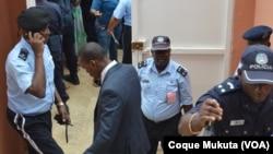 Des membres de la police nationale dans le tribunal de Luanda, Angola, le 16 novembre 2015.