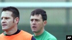 Le coach Lucas Alcaraz, à droite, à côté du Brésilien Argel Fuks lors d'une séance d'entraînement de Racing Standard, 21 janvier 2005.