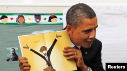 미국 텍사스주의 한 학교를 방문한 바락 오바마 미국 대통령이 학생들에게 책을 읽어주고 있다. (자료사진)