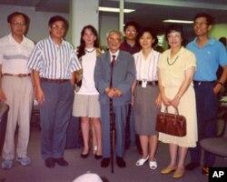 1993年7月,原《人民日报》社社长、总编辑胡绩伟(中)参观美国之音中文部。图右一为记者海涛。