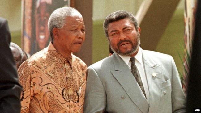 Nelson Mandela yahoze ari perezida wa Afurika y'Epfo (i bubamfu) na Perezida Jerry Rawlings. Kuri ino foto, bari mu nama yo gutanguza Ishirahamwe ry'ubumwe bwa Afurika i Ouagadougou muri Burkina Faso igenekerezo rya 8 ukwezi kwa gatandatu 1998.