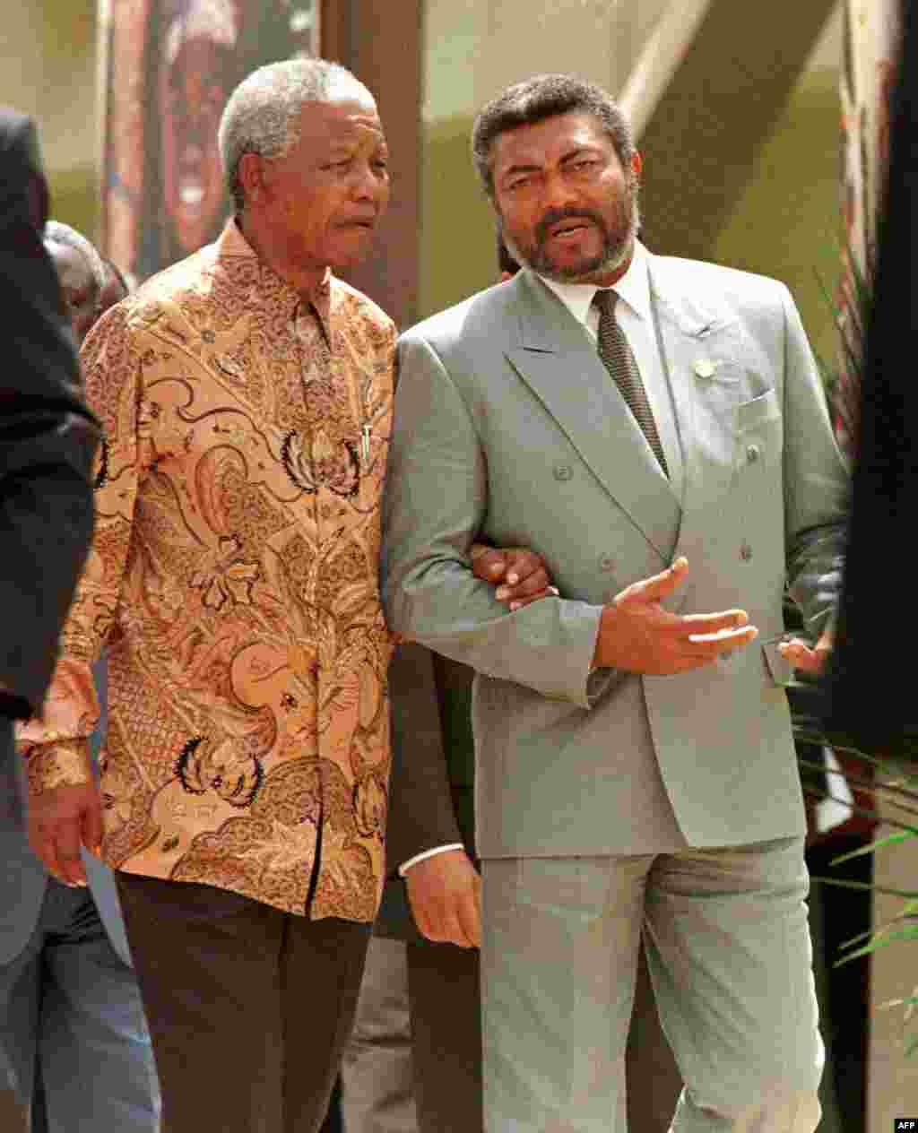 Marais Nelson Mandela wa Afrika Kusini na Jerry Rawlings wa Ghana mjini Ouagadougou kwenye mkutano wa OAU
