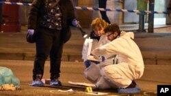 Cảnh sát pháp y xem xét hiện trường vụ đọ súng giữa cảnh sát và một người đàn ông gần một nhà ga xe lửa ở Sesto San Giovanni, Milan, Ý, 23/12/2016.