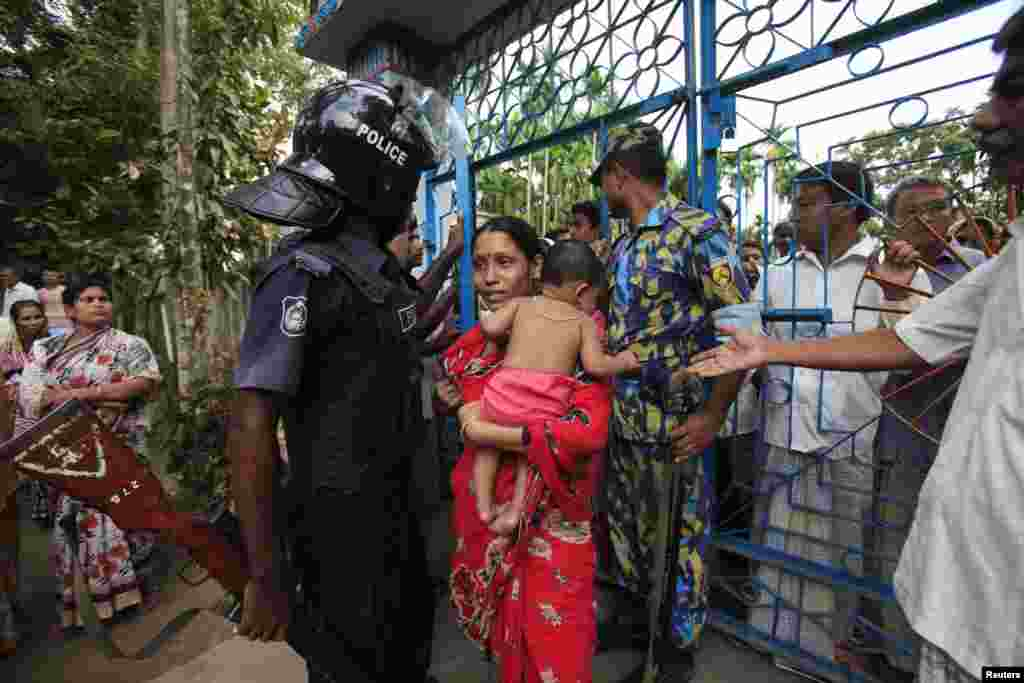 회교도들의 공격으로 방글라데시 경찰이 배치된 사원 입구에 불교도 여성이 들어가고 있다.