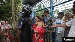 Pasukan keamanan Bangladesh melakukan penjagaan ketat atas kuil Budha di Cox's Bazar, Bangladesh selatan (1/10).