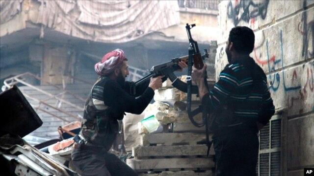 Tentara pemberontak Suriah melepaskan tembakan dalam pertempuran dengan pasukan pemerintah di Aleppo (29/12).