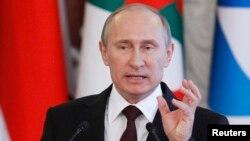 Presiden Rusia Vladimir Putin menegaskan bahwa negaranya tidak akan menyerahkan Edward Snowden dalam konferensi pers di Kremlin (1/7).