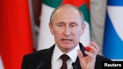 Tổng thống Nga Putin nói rằng ông Snowden chỉ có thể ở lại Nga nếu ngưng tiết lộ các thông tin tình báo nhạy cảm của Mỹ.