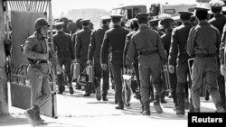 عساکر شوروی وقت حین خروج از یک پایگاه در حومۀ شهر کابل