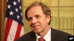 Trợ lý Ngoại trưởng Mỹ Michael Posner nói với các nhà lập pháp Mỹ rằng nhà cầm quyền Hà Nội đang giam cầm hơn 100 tù nhân lương tâm và bức tranh nhân quyền Việt Nam trở nên u ám hơn trong những năm gần đây